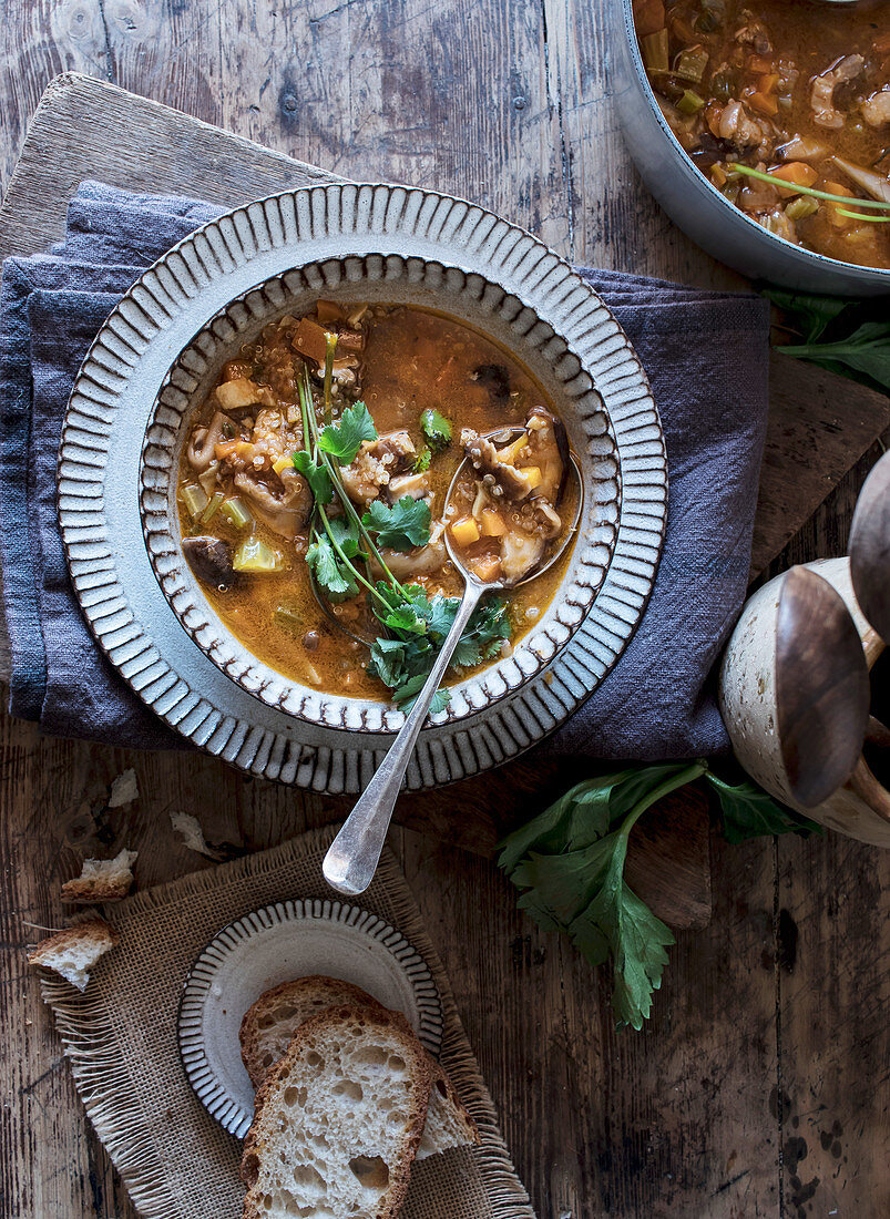 Quinoasuppe mit Pilzen und Gemüse