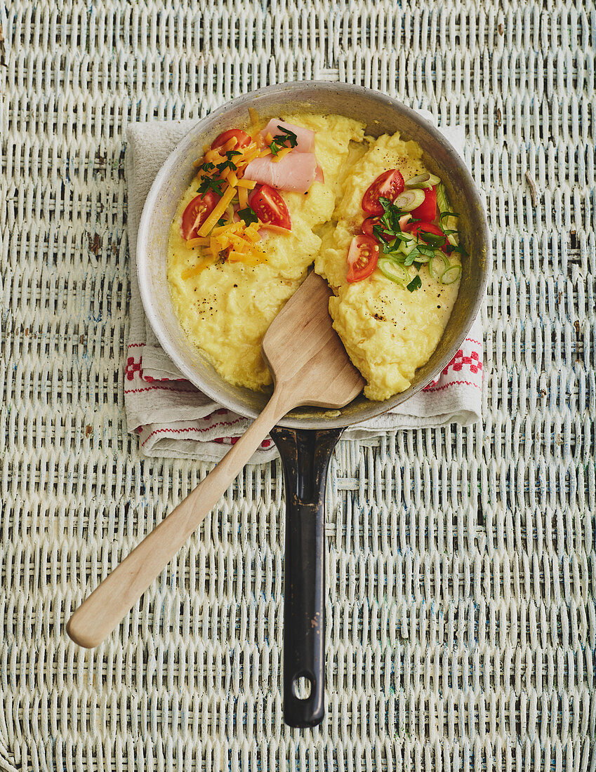 Scrambled eggs with tomatoes, ham and cheese