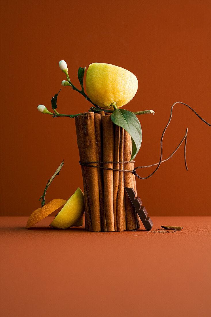 Stilleben mit Zimtstangen, Zitrone und Schokolade
