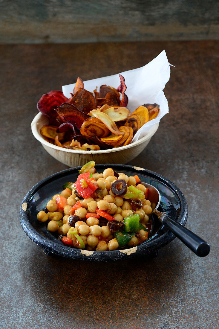 Oriental chickpea salad with dates and vegetables crisps