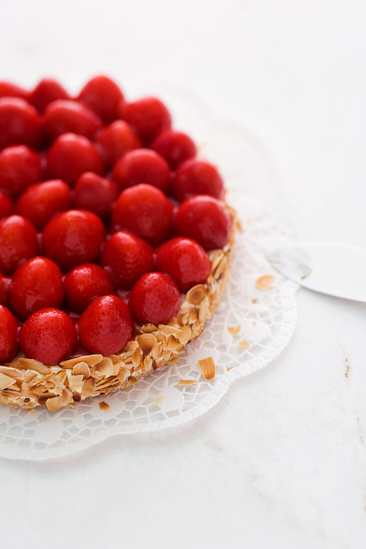 Strawberry flan with almonds