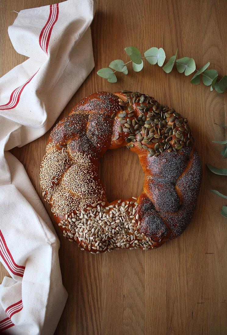 Challah-Brotkranz mit verschiedenen Samen