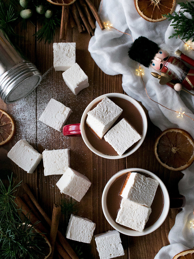 Heisse Schokolade mit weichen Marshmallows und Weihnachtsdeko