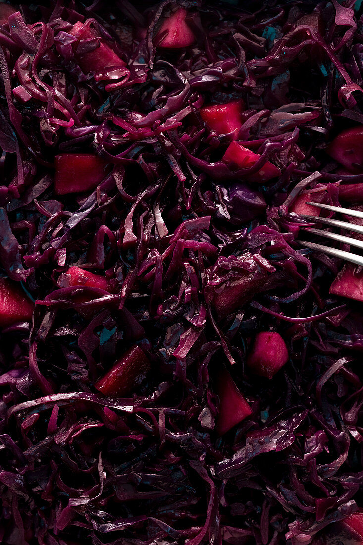 Red cabbage with apple, spices and bay leaves