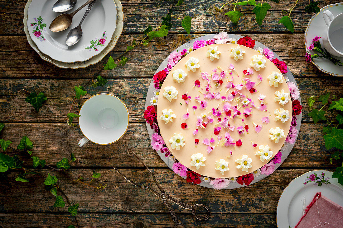 Strawberry and quark cake decorated with flowers