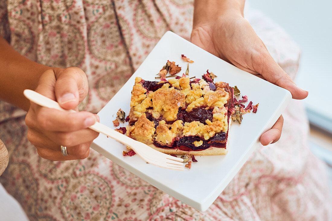 Hände halten Teller mit Müsliriegel mit Nüssen und Trockenfrüchten