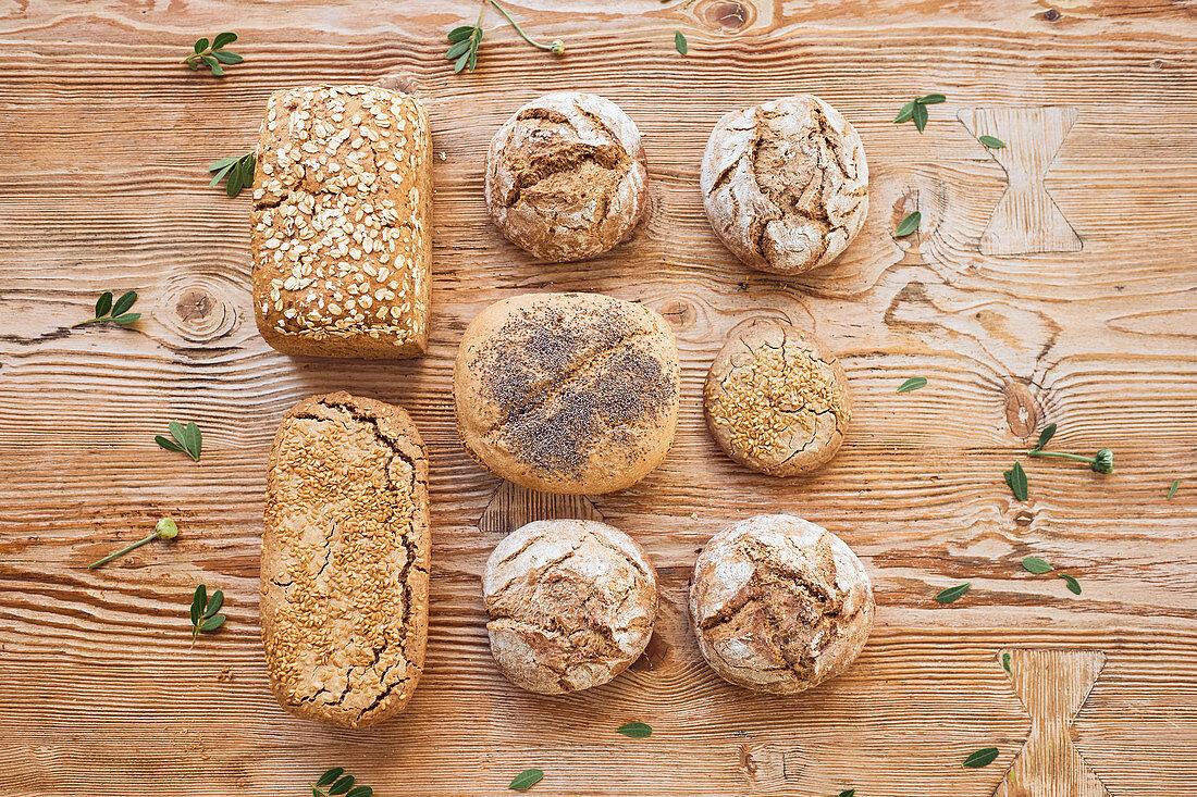 Verschiedene Brote und Brötchen auf Holzuntergrund