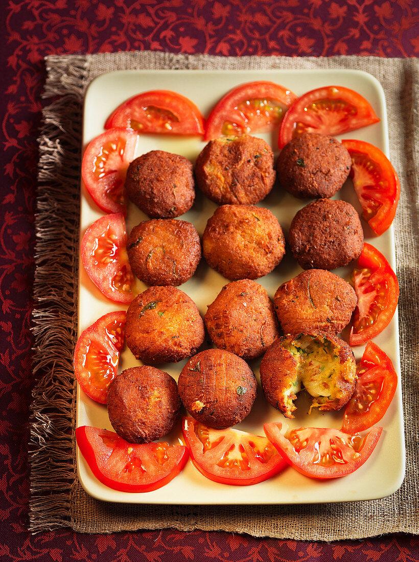 Vegetable kebabs with sliced tomatoes