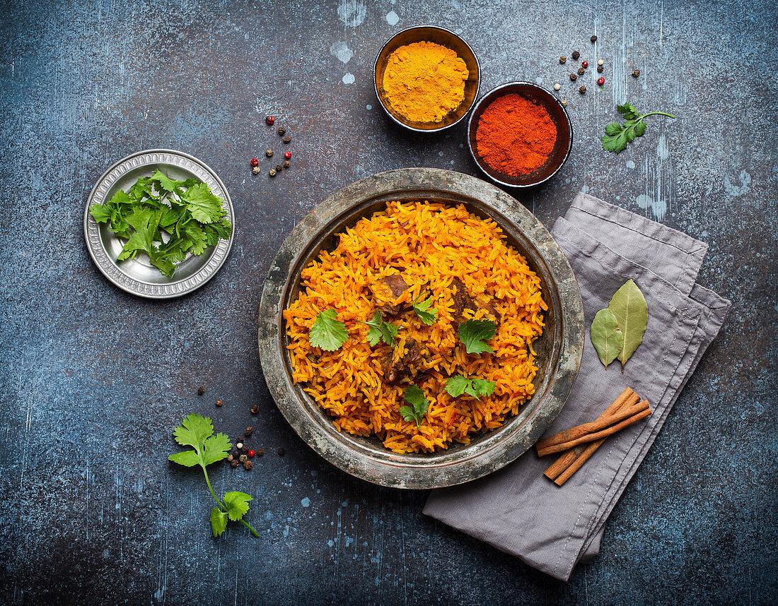 Pilaw - traditionelles Gericht aus Reis, Gemüse und Fleisch (Asien, Naher Osten)