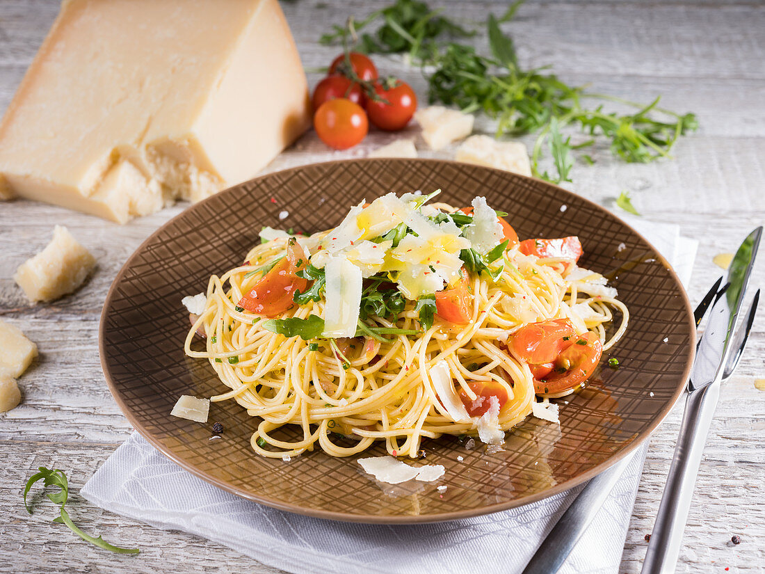 Spaghetti with cherry tomatoes, rocket and parmesan