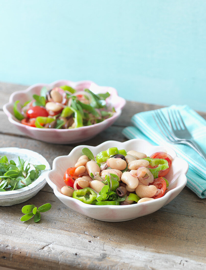 White bean salad with green pepper and tomatoes