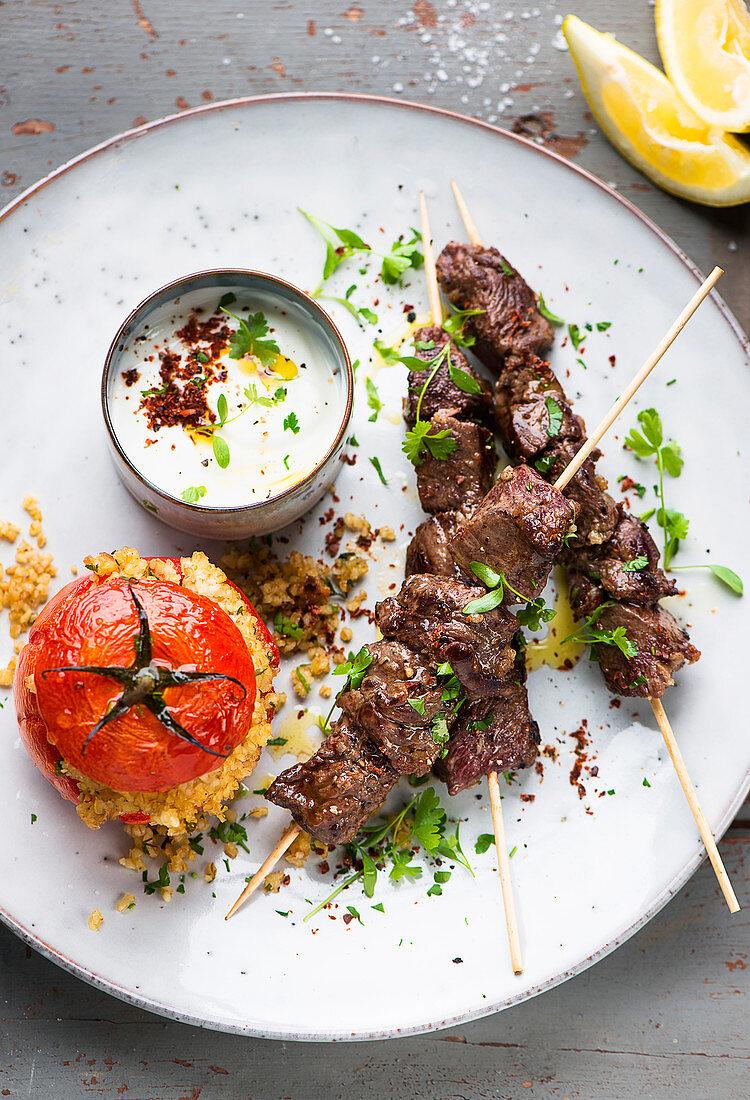 Bulgur tomatoes with kebab skewers