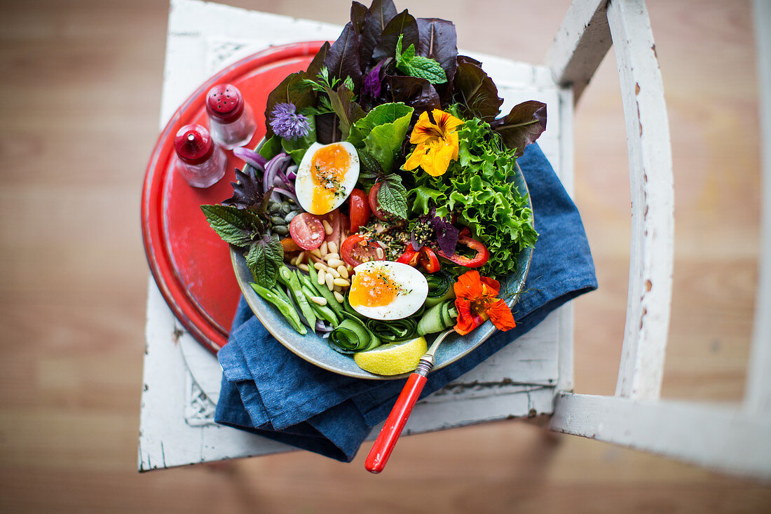 Chilli, cucumber, edible flowers, egg, green beans, lemon, mint, pinenuts, poiled egg, red onion, salad leaves, tomato