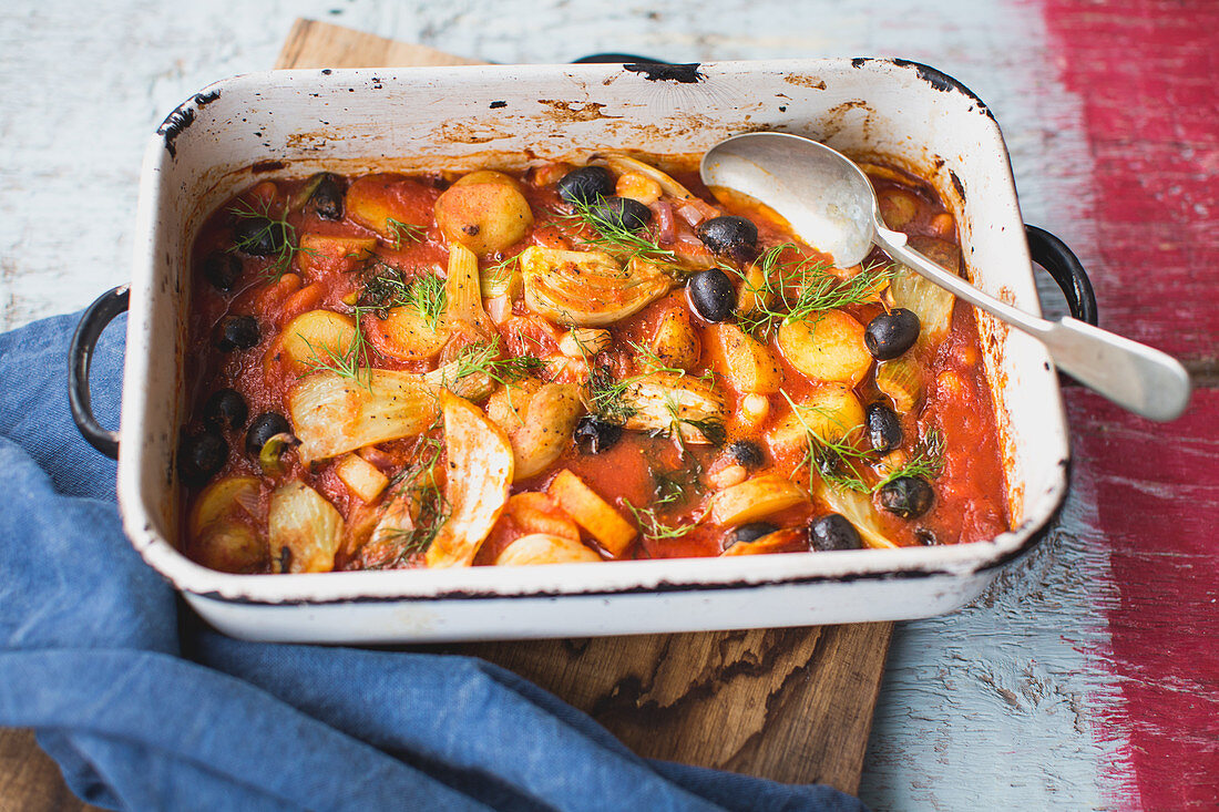 Potatoes with fennel, tomatoes and olives