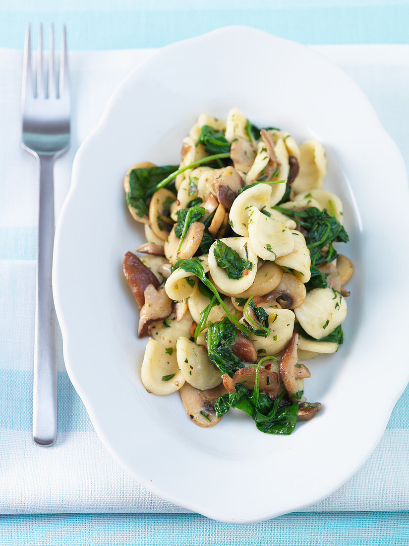 Orecchiette paste with mushrooms and spinach