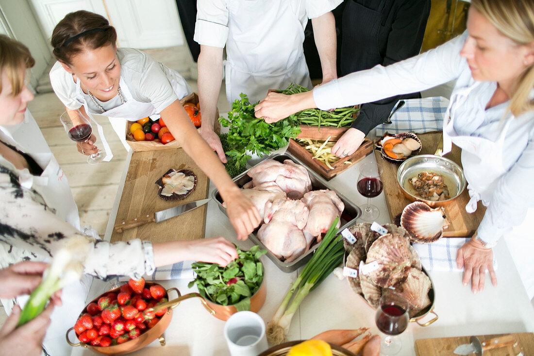 Junge Frauen während eines Kochkurses
