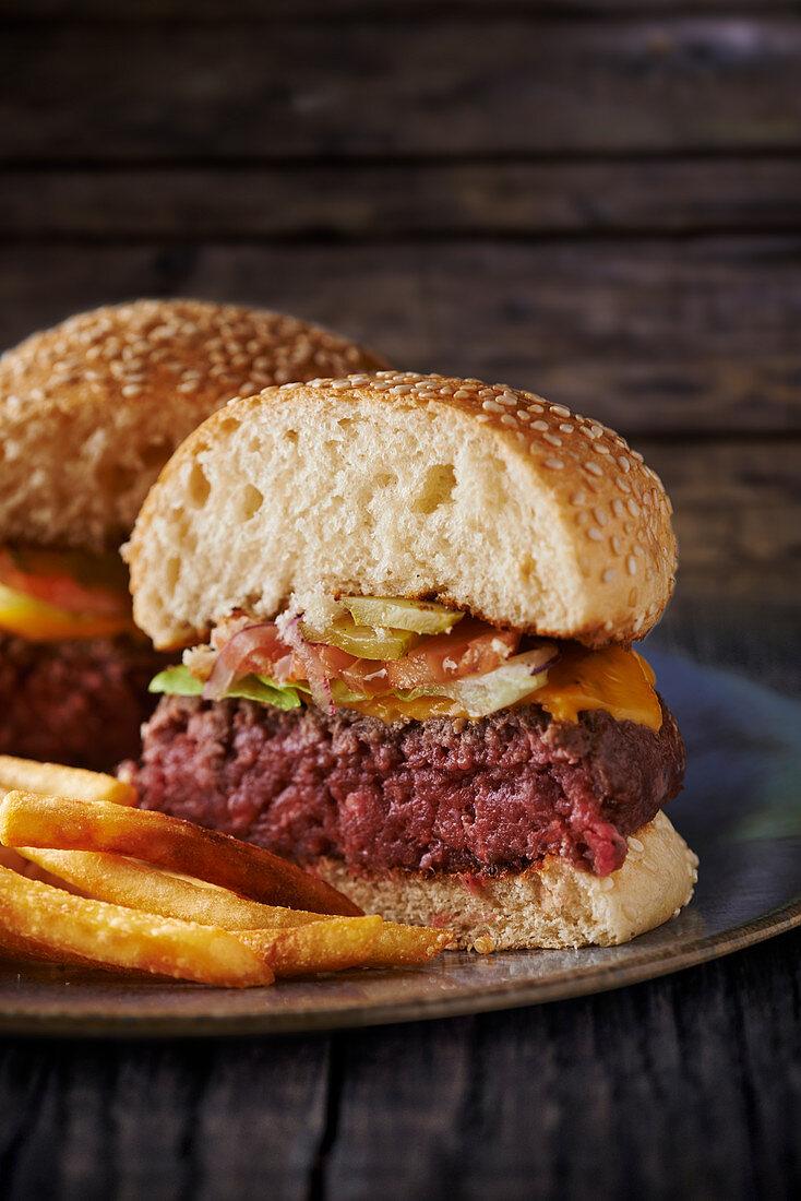 A juicy hamburger with chips