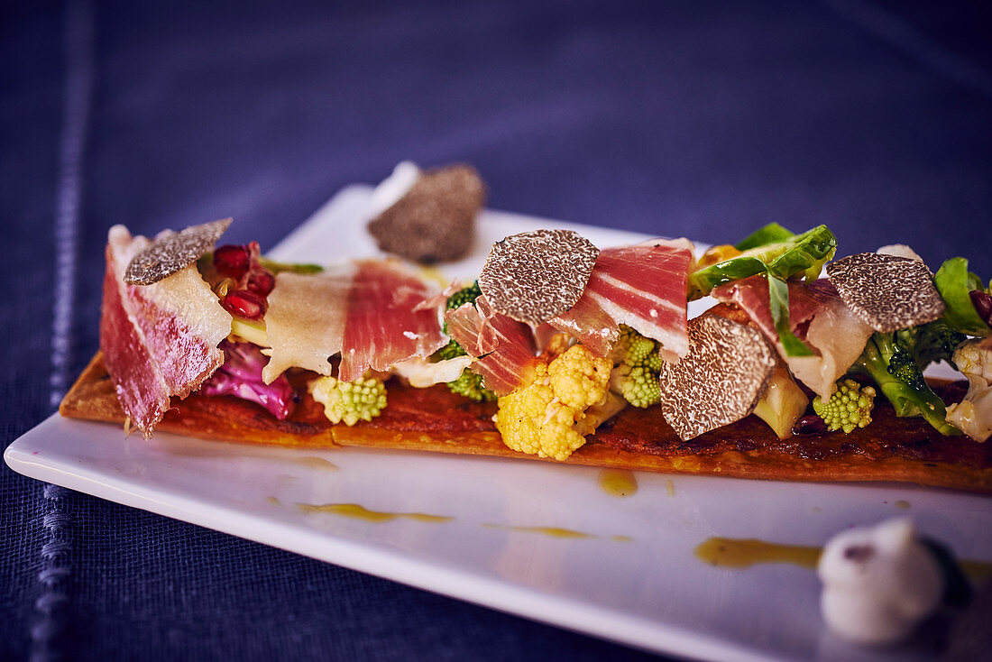 Long tart with cabbage, smoked ham and truffles