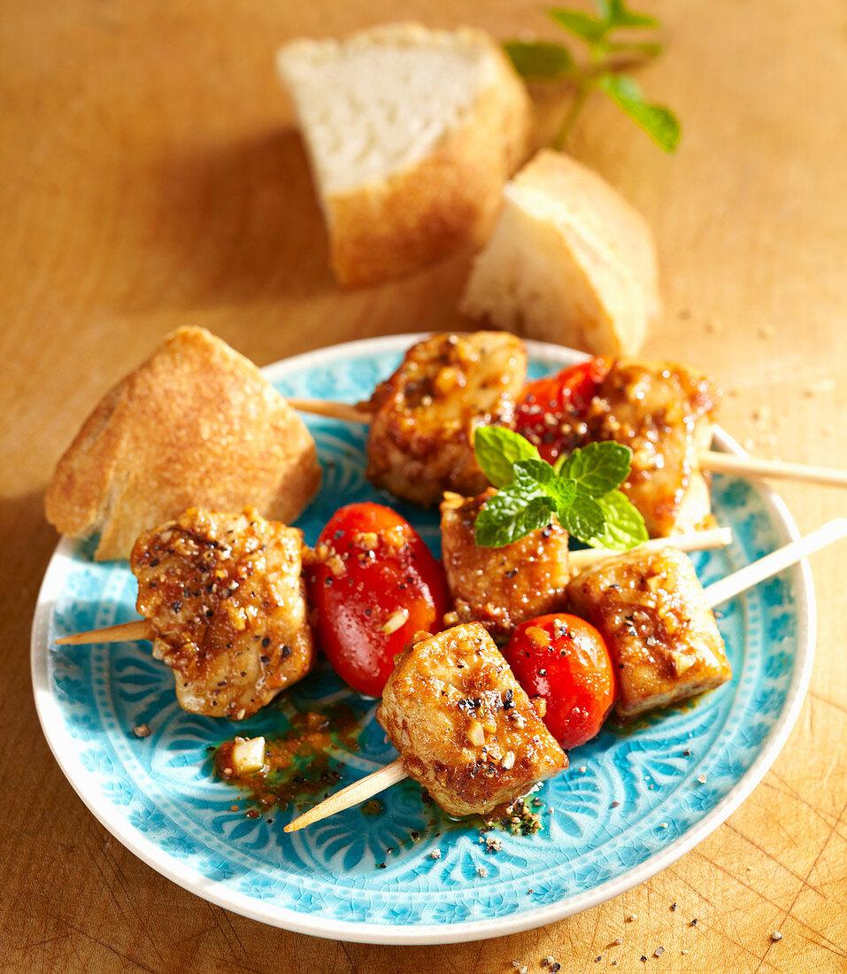 Spicy Moorish pork skewers with white bread