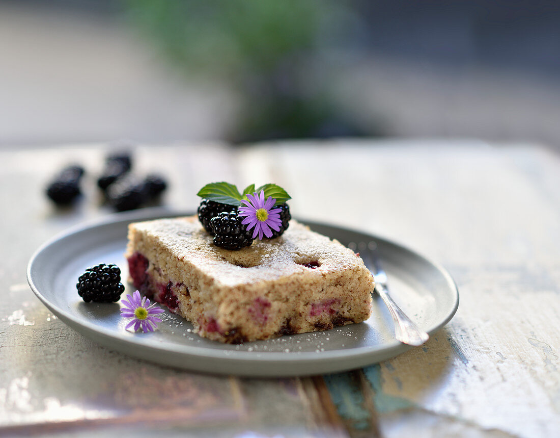 Vegan blackberry and semolina hazelnut cake with chocolate chips