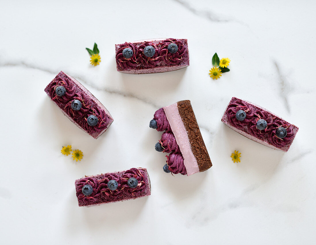 Vegan raspberry and blueberry cakes with fried flowers