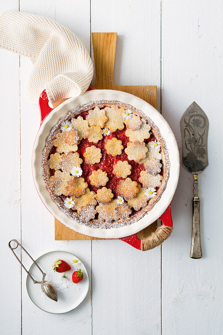 Linz flower cake with rhubarb and strawberries (low carb)