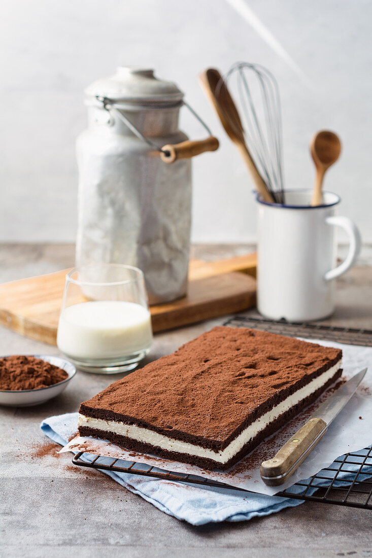 A chocolate sandwich cake filled with a quark-yoghurt cream (low carb)
