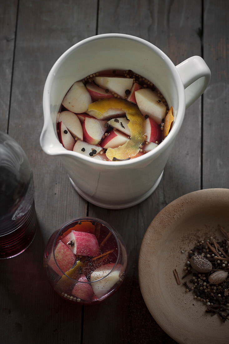 Ippocrasso (spiced wine with sugar and apples, Italy)