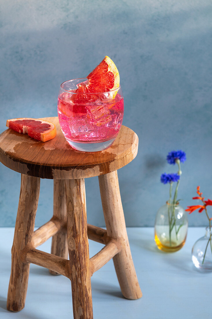 Gin tonic with pink grapefruit