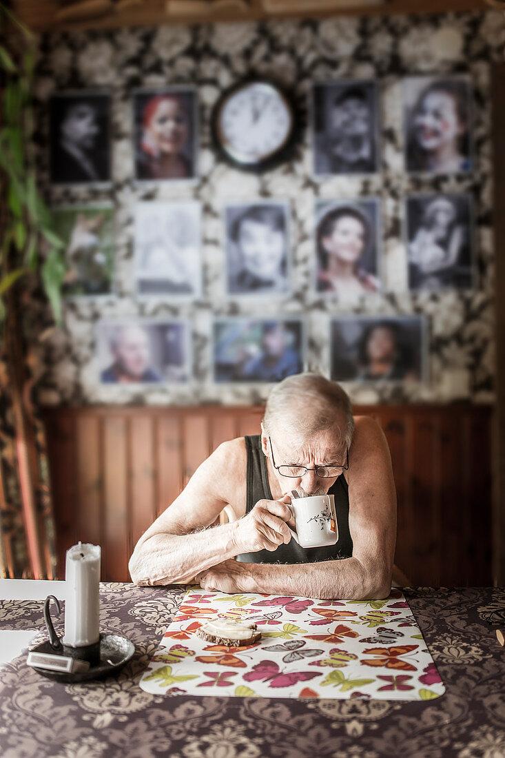 Alter Mann trinkt Tee zum Frühstück