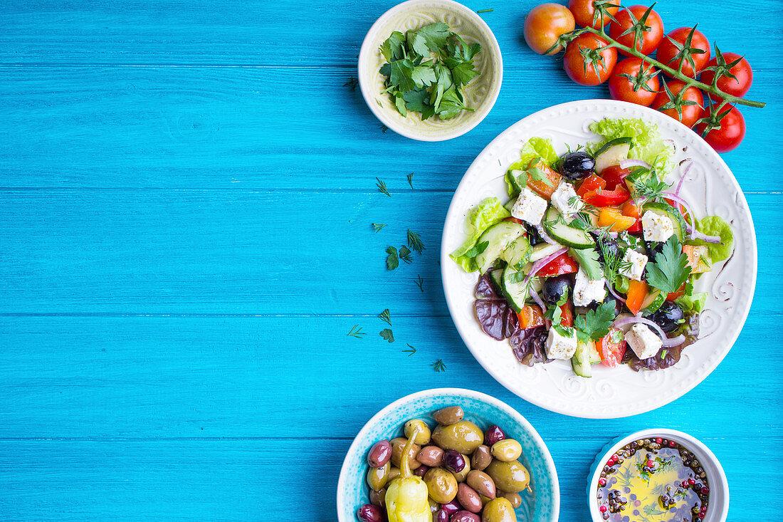 Griechischer Salat mit Tomaten, Oliven und Olivenöl