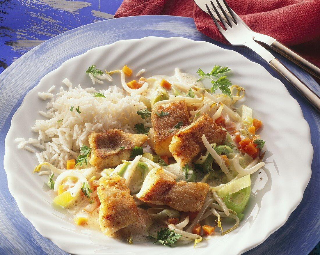 Fried red perch pieces on leeks and bean sprouts with rice