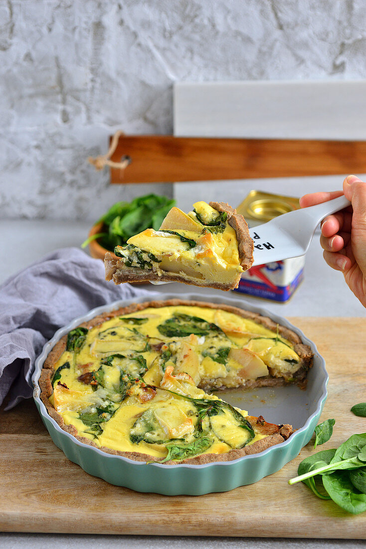 Quiche with spinach and cheese