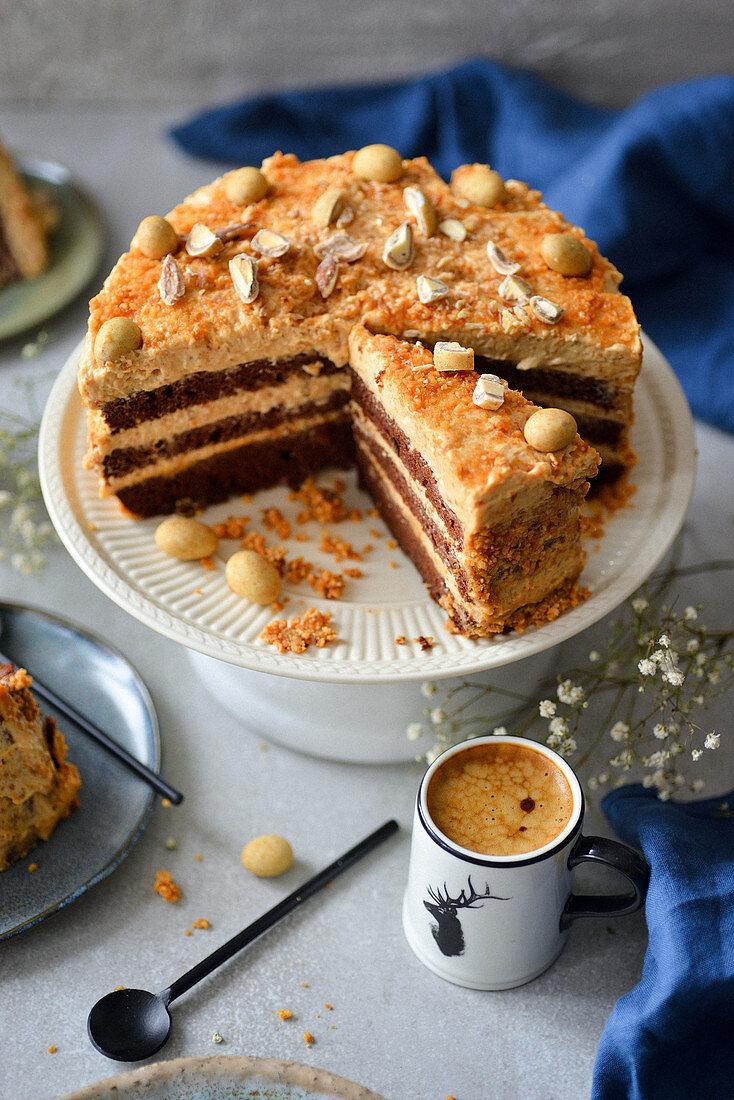 Schokoladenkuchen mit Nüssen und Karamell, angeschnitten
