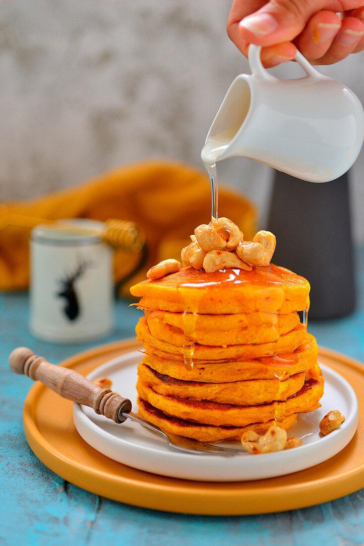 Kürbis-Pancakes mit Sirup begiessen