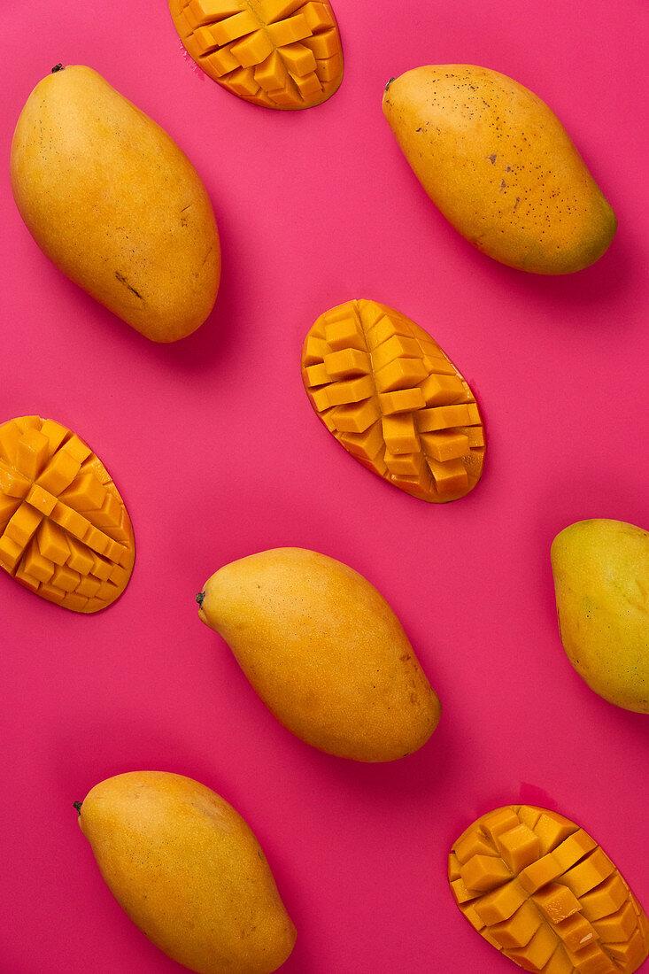 Gelbe Mangos auf pinkfarbenem Untergrund
