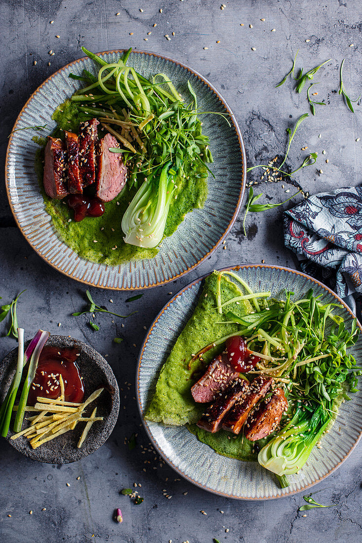 Green pancakes with glazed duck and paksoi (Asia)