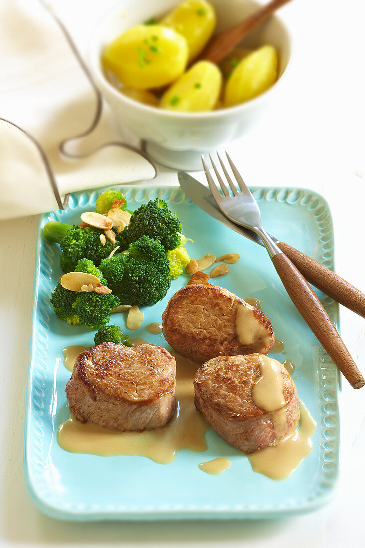Pork medallions with broccoli and flaked almonds