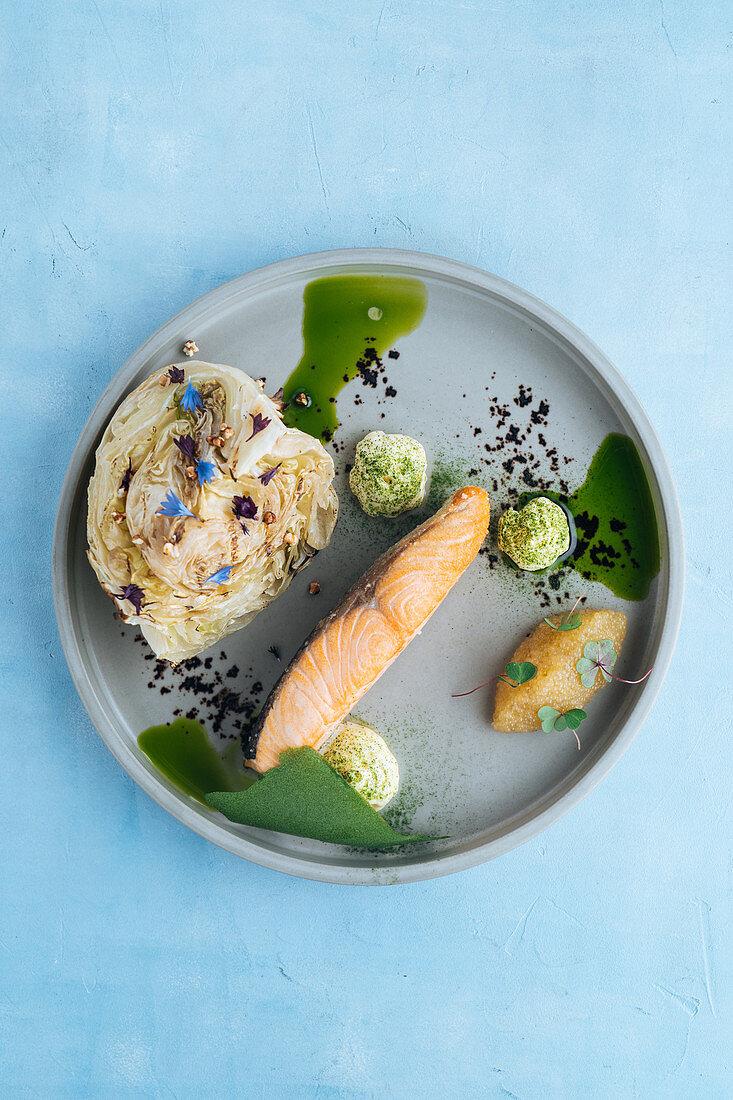Lachsfilet mit Hechtkaviar, mariniertem Weißkohl und Kräuter-Mayonnaise
