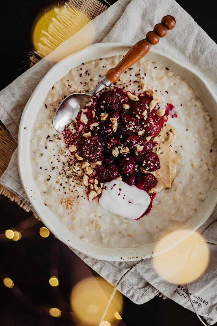 Porridge mit Kirschen