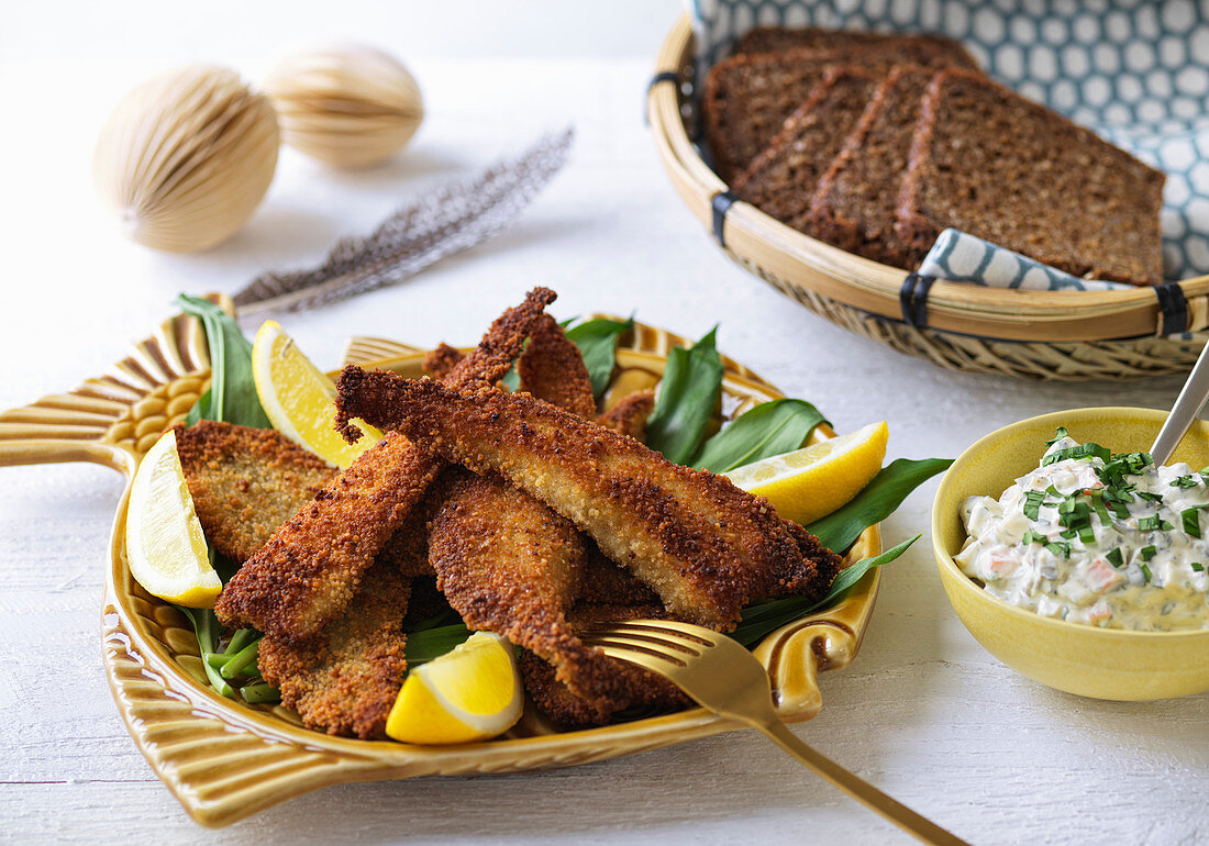 Breaded flounder fillets with remoulade and rye bread