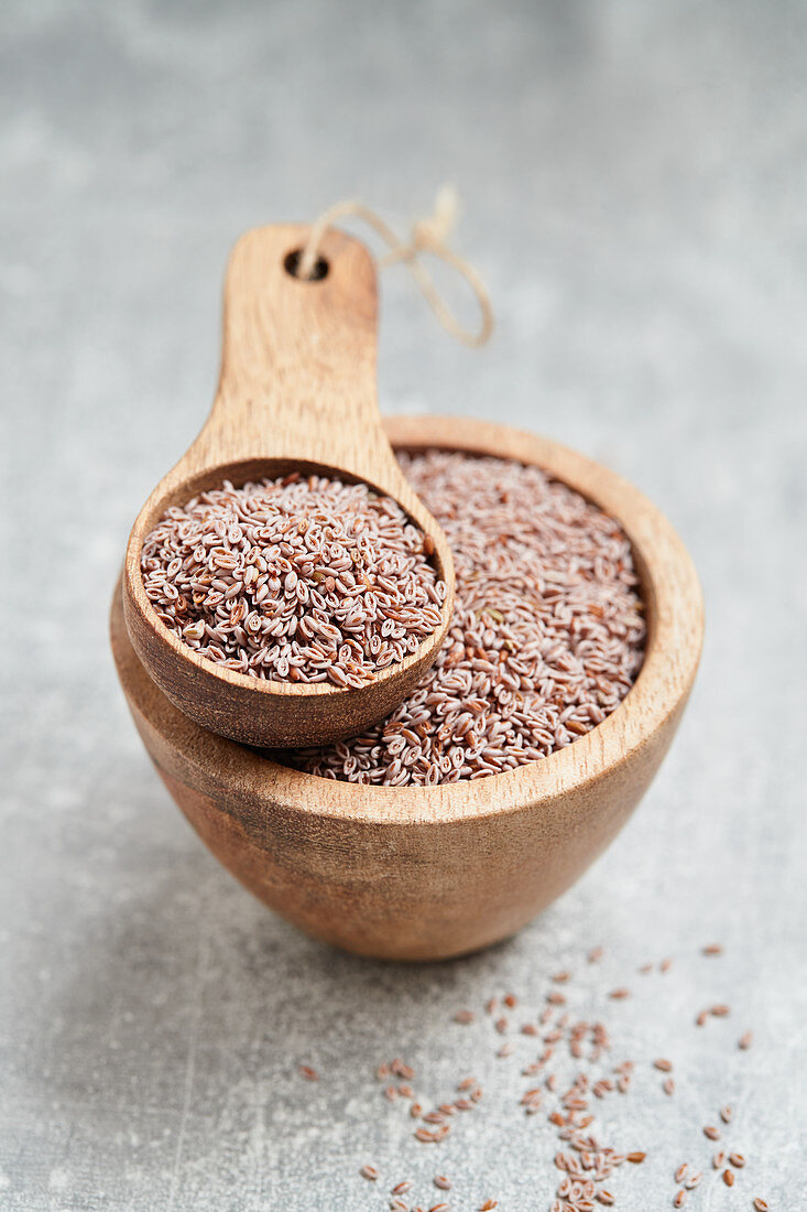 Psyllium in a wooden bowl and a wooden scoop