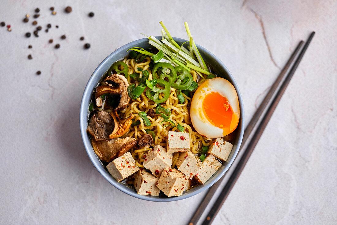 Ramen-Nudelsuppe mit Chili-Tofu, Pilzen und Ajitama-Ramen-Ei