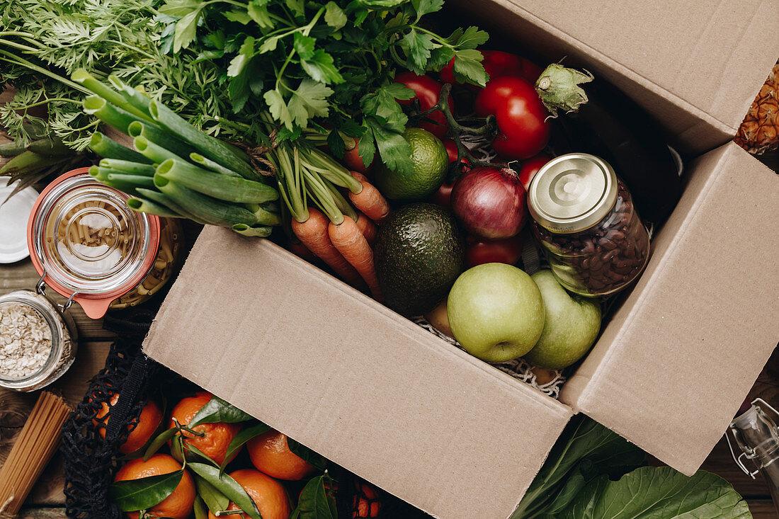 Auswahl an Lebensmitteln in Pappkarton