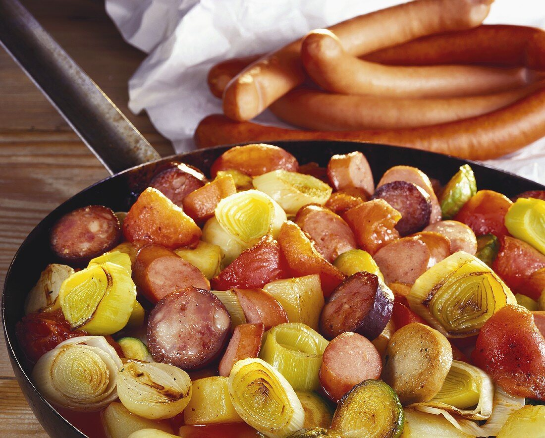 Pan-cooked sausages with leeks, shallots and potatoes