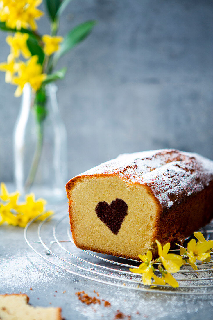 A heart cake with icing sugar