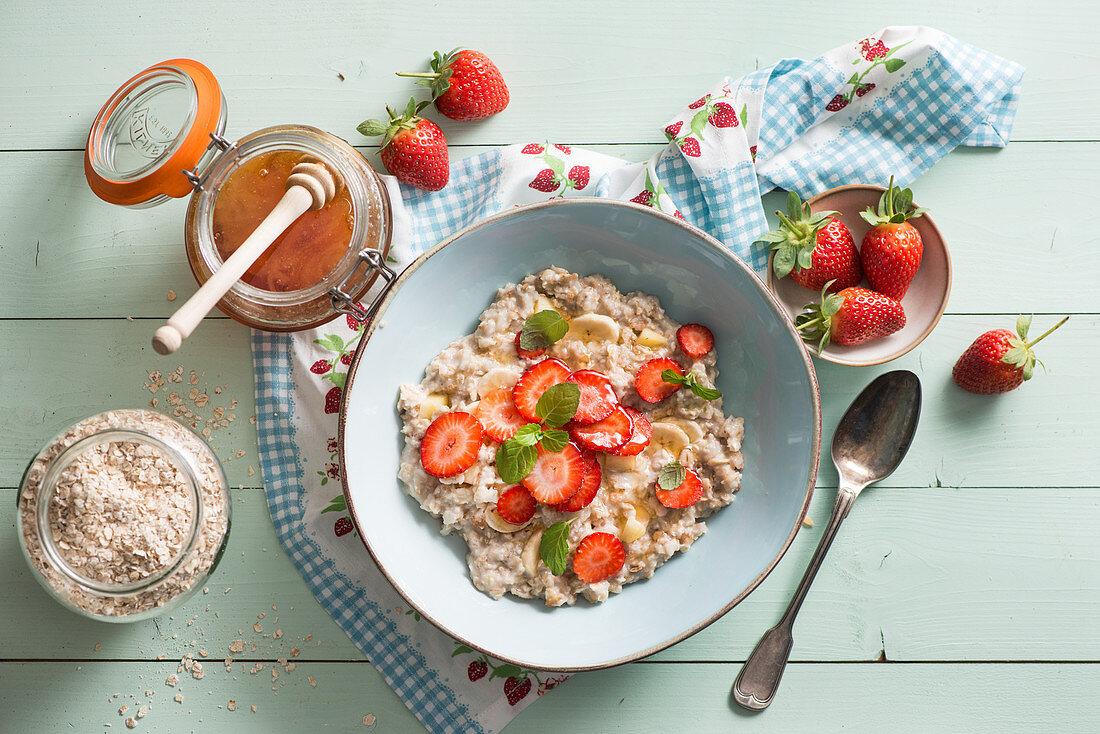 Porridge with strawberries and honey