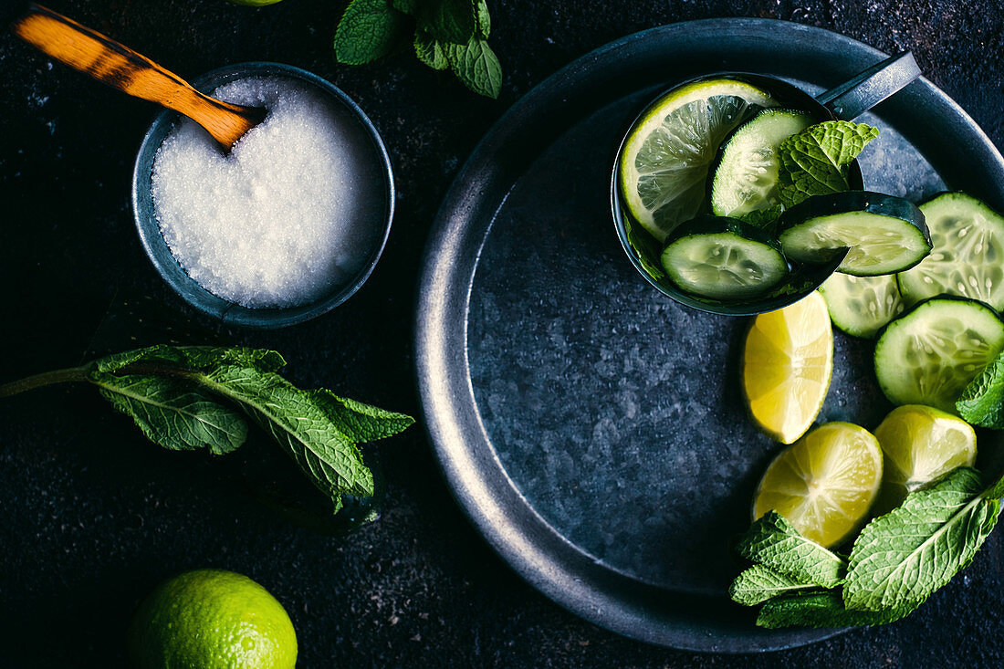 Gurken-Limetten-Wasser mit Pfefferminze