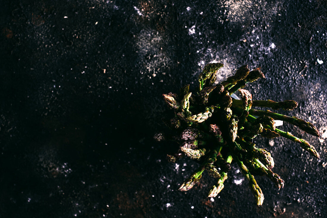 Grüner Spargel in einem Metallgefäß