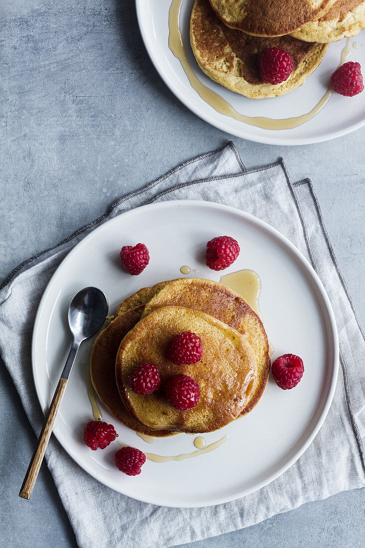Pancakes mit Ahornsirup und Himbeeren